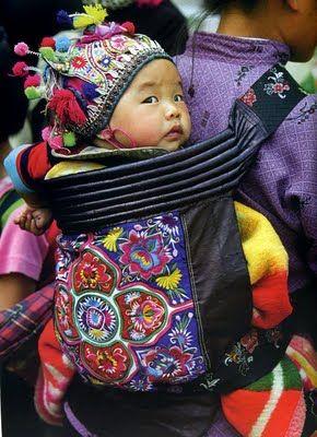 bébé qui pleure en porte-bébé : astuce et conseils